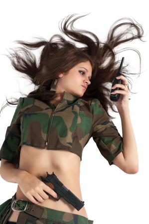 junge nackte m�dchen: Sexy junge Frau mit Gewehr und Radio. Isoliert auf wei�