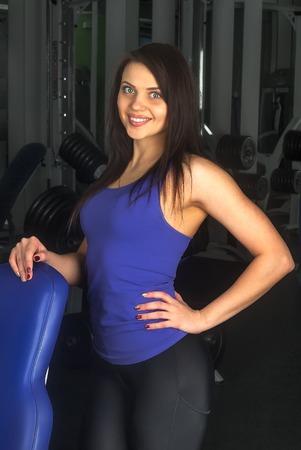 fillette sexy: Belle fille dans le club de sport se d�tend pr�s simulateur Banque d'images
