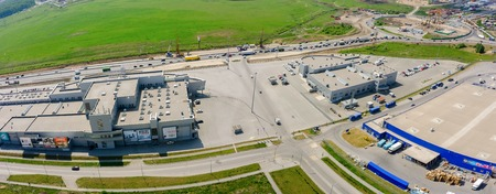 Tyumen, Russie - 27 mai 2016: Vue aérienne sur les centres commerciaux et la construction de routes sur les rues Fedyuninskogo et Melnikayte intersectiob Banque d'images - 58095630