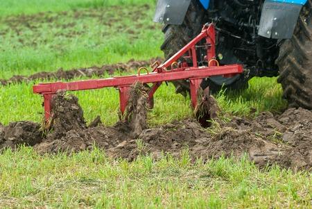 チュメニ、ロシア - 2016 年 6 月 24 日: 第 5 回オープン耕した土地にロシアの選手権です。トラクター実証する蝶番を付けられた装置 写真素材