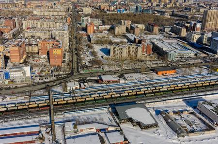 Tyumen, Rusia - 9 de marzo de 2016: El ferrocarril a lo largo de 50 dejó la calle de VLKSM y la intersección con la calle de Harkovskaya