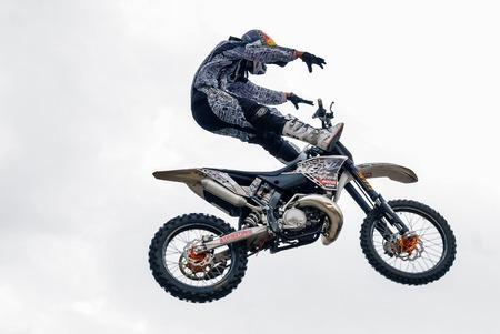 Tyumen, Rusia - 10 de junio de 2009: Red Bull X-Fighters gira de la exposición. Freestyle Motocross. Deportista lleva a cabo un truco