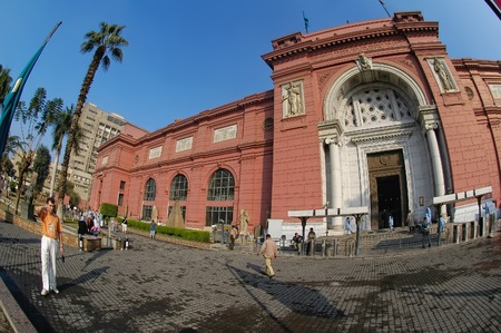 esfinge: Cairo, Egypt - November 11, 2006: The Egyptian Museum in Cairo, one of the most famous museums of the world. Tourists come through the main entrance into the museum. Editorial