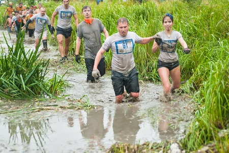 carrera de relevos: Tyumen, Russia - August 8, 2015: Steel Character extrim race on Krugloe lake. Gagarin park in Cape district. Water stage. Teams running
