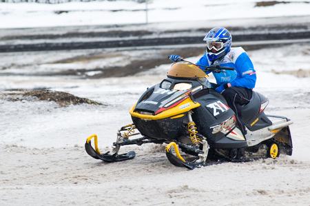 motorizado: Tyumen, Rusia - 08 de marzo de 2008: Etapa IV del Campeonato del equipo personal del distrito federal de Ural en la nieve a campo través. Carreras deportivas del jinete móvil de esquí en el día de invierno Editorial