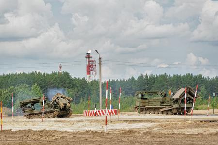 Tyumen, Rusland - 21 juni 2017: Legerspelen. Veilige route-wedstrijd. Herstel van het weggedeelte voor kolombewegingen door het IMR-2-voertuig voor gevechtsingenieur en de BBT-baanlaag