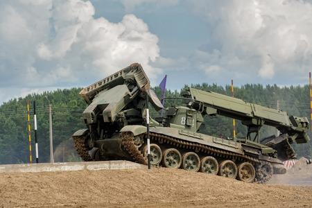 Tyumen, Rusland - 21 juni 2017: Legerspelen. Veilige route-wedstrijd. Herstel van het weggedeelte voor kolombewegingen door het IMR-2-voertuig voor gevechtsingenieurs Redactioneel