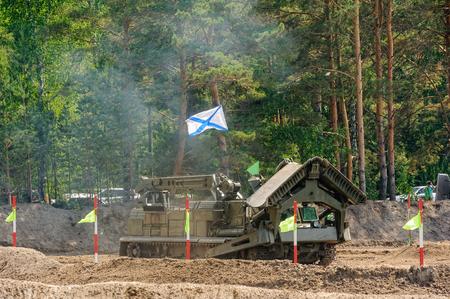 Tyumen, Rusland - 23 juni 2017: Leger Spelen. Engineering Formule wedstrijd. Hoogste militaire en technische schoolgrond. Snelheid rijden van BAT track laag Redactioneel