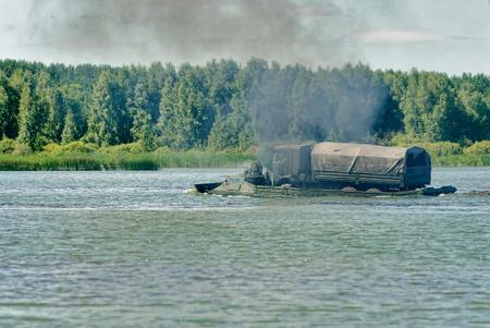 Tyumen, Rusland - 4 augustus 2017: Internationale Legerspelen. Engineering Formule wedstrijd. Apparatuur vervoer over een water obstakel volgestoorde amfibische drager PTS Redactioneel