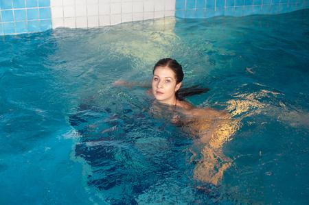 수영장에서 편안한 젊은 아름다운 여자