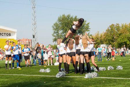 Tyumen, Russia - January 3, 2018: Football tournament among kindergartens at Geolog stadium. Cheerleaders in action Stockfoto - 128834599