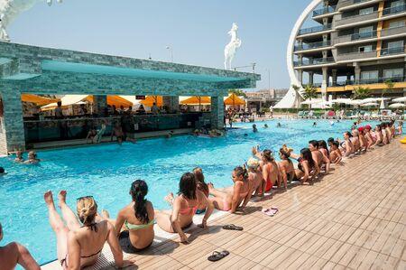 Turkler, Turchia - 30 luglio 2018: Piscina in hotel Senza. Donne che fanno esercizi di fitness