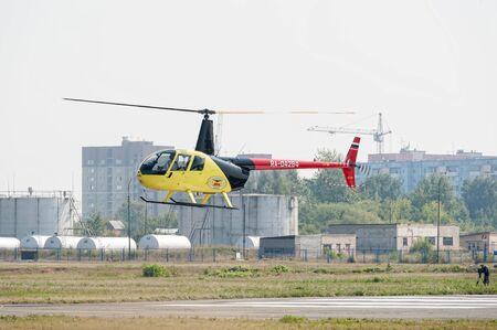 Tioumen, Russie - 11 août 2012 : lors d'une visite au salon aéronautique UTair à l'héliport de Plehanovo. Le pilote de l'Aérospatiale AS-350B3e Ecureuil montre des opportunités de vol