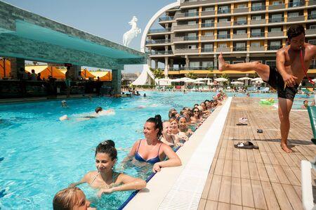 Turkler, Turchia - 30 luglio 2018: Piscina in hotel Senza. Un gruppo di persone è impegnato in acquagym nell'acqua azzurra e limpida della piscina. Concetto di fitness, vacanze estive, sport, turismo
