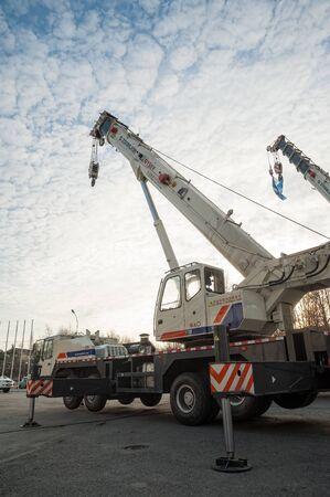 Tjumen, Russland - 18. Oktober 2012: Architektur- und Bauausstellung im Ausstellungsraum. Baukran auf freiem Gelände Editorial