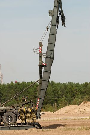 Tyumen, Russia - August 11, 2019: International Army Games. Safe Route contest. Assemblage of the mechanized bridge from TMM set 版權商用圖片 - 128836488