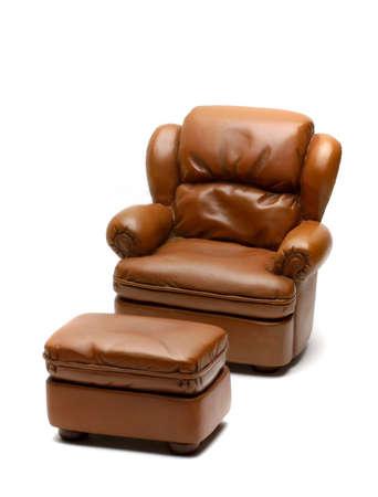 leren bank: Leather Sofa met Ottomaanse geïsoleerd op wit