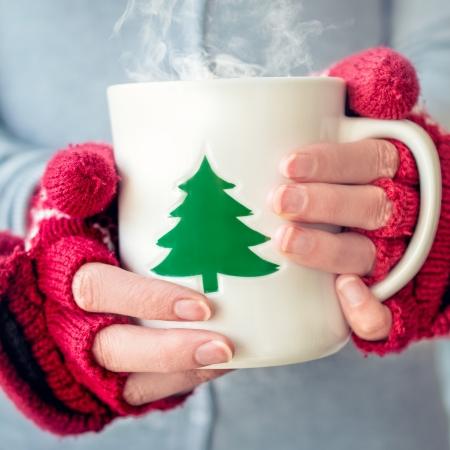 gant blanc: Femme tenant une tasse de th�