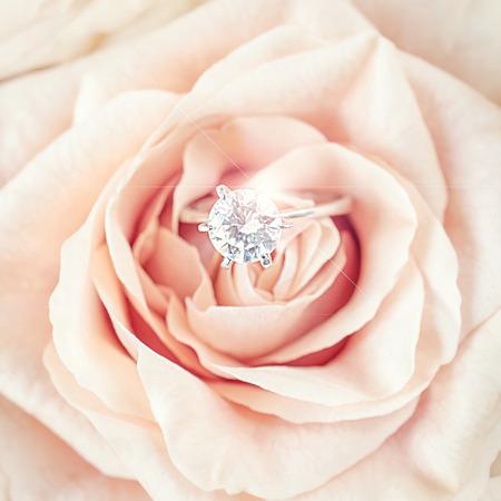 anillo de compromiso: anillos de bodas con colores pastel rosa rosa Foto de archivo