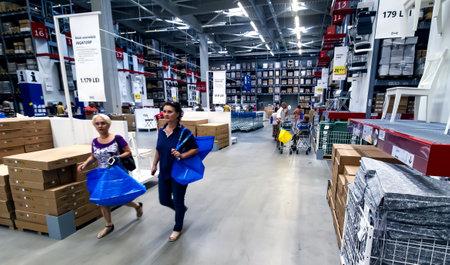 Boekarest, Roemenië - 24 juni 2019: Kopers en nieuwsgierige bezoekers om te zien hoe de nieuwe IKEA Pallady-winkel eruitziet, worden gezien op de openingsdag van de tweede IKEA-winkel in Boekarest en elders in Roemenië.