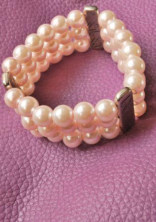 perle rose: Bracelet perl� rose sur lumi�re cuir violet