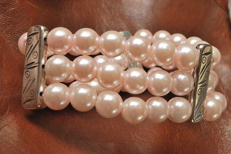 perle rose: Bracelet perl� rose sur cuir brun