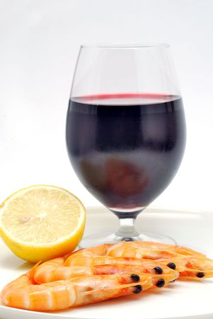 Chilled red wine with shrimps and lemon