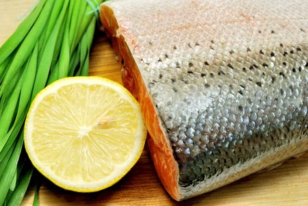 Raw salmon with lemon and spring onion