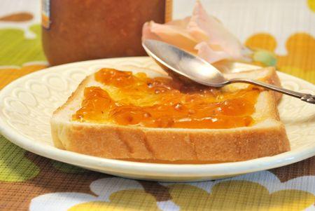 rubus chamaemorus: Mermelada de pantanos en pan de trigo con cuchara