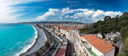 Nice, France, March 2019. Panorama. Azure sea, waves, English promenade and people resting. Rest and relaxation by the sea. On a sunny warm day, blue waves roll. Standard-Bild - 122809961