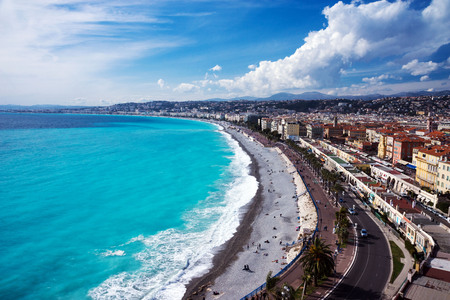 Nice, France, March 2019. Panorama. Azure sea, waves, English promenade and people resting. Rest and relaxation by the sea. On a sunny warm day, blue waves roll. Standard-Bild - 122809963