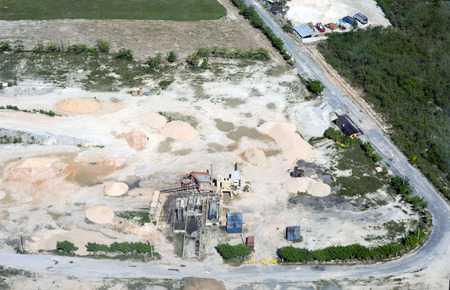 View from above. A huge construction site where sand, clay, crushed stone are stored. Cars. Banque d'images