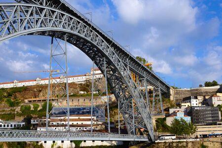 Ponte di Don Luis I (Ponte Luis I) ist eine Eisenbahn-, Straßen- und Fußgängerbrücke über den Fluss Douro in Portugal. Das Wahrzeichen der Stadt Porto. Details Nahaufnahme.