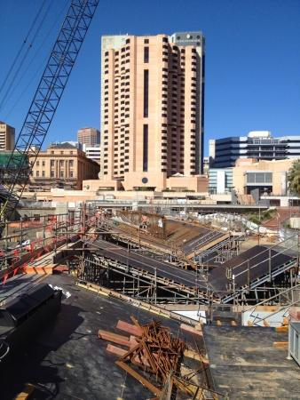 vlonder: Nieuwe voetgangersbrug in aanbouw, Adelaide