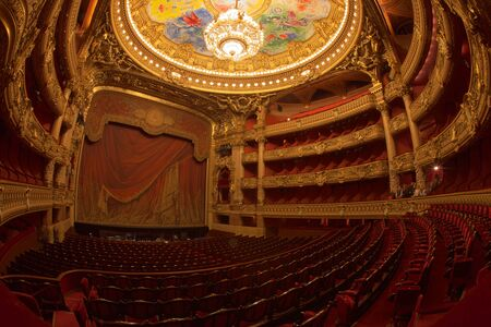 Paris, France - October, 2017: Auditorium inside of the Palais Garnier Opera Garnier in Paris, France. The seven-ton bronze and crystal chandelier was designed by Garnier. 新聞圖片