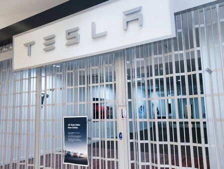 Los Angeles, USA, March 2019: Tesla Car Store closed after the Tesla Inc company announced closing all retail points and moving all sales online. The sign on the gate suggest to shop on tesla.com 新聞圖片