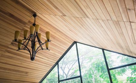 Het dak is gemaakt van inslag en lamp bevestigd.