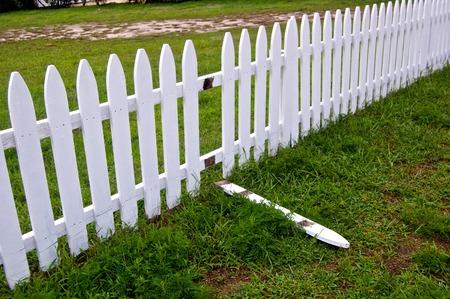 白いフェンスが壊れてください。 写真素材 - 54510100