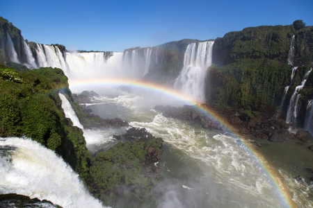 hacer: Parque Nacional de las Cataratas del Iguazú increíble con un arco iris lleno sobre el agua, Foz do Iguau, Brasil