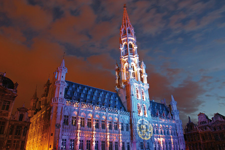 ville: BRUXELLES, BELGIUM - JULY 2007 Lightshow on the City Hall in the main square Editorial