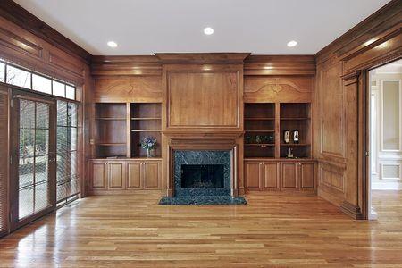 твердая древесина: Библиотека в роскошные дома с мраморным камином