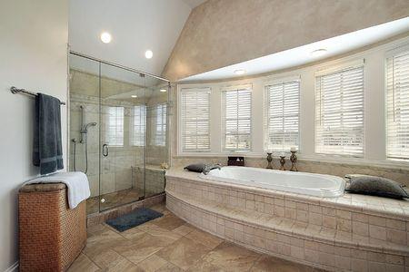 Master bad in luxe huis met glazen douche  Stockfoto