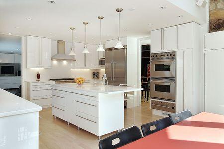 Keuken in de luxe huis met wit kasten