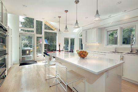 lighting fixtures: Elegante y moderna cocina blanco con �rea de comer