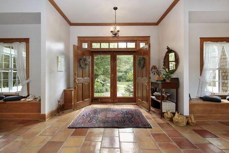 Hal in moderne huis met oranje keramische vloeren Stockfoto