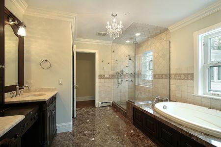 Master bad met glazen douche in nieuwbouw huis Stockfoto