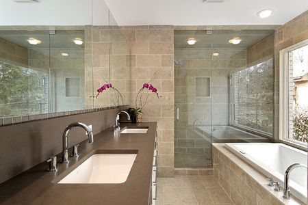 lighting fixtures: Ba�o principal en un hogar moderno con ducha de vidrio Foto de archivo