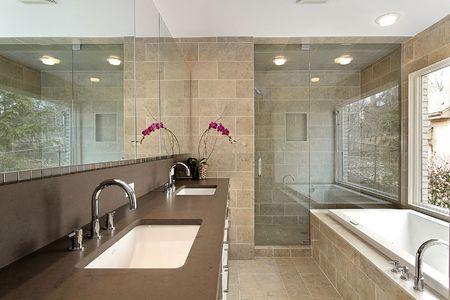 Bagno master nella casa moderna con doccia di vetro