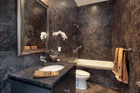 powder room: Habitaci�n de polvo de lujo con paredes de granito negro