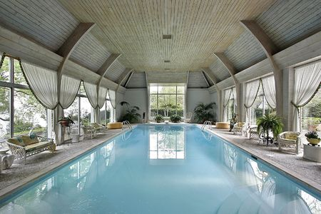 Large indoor swimming pool in luxury home 版權商用圖片
